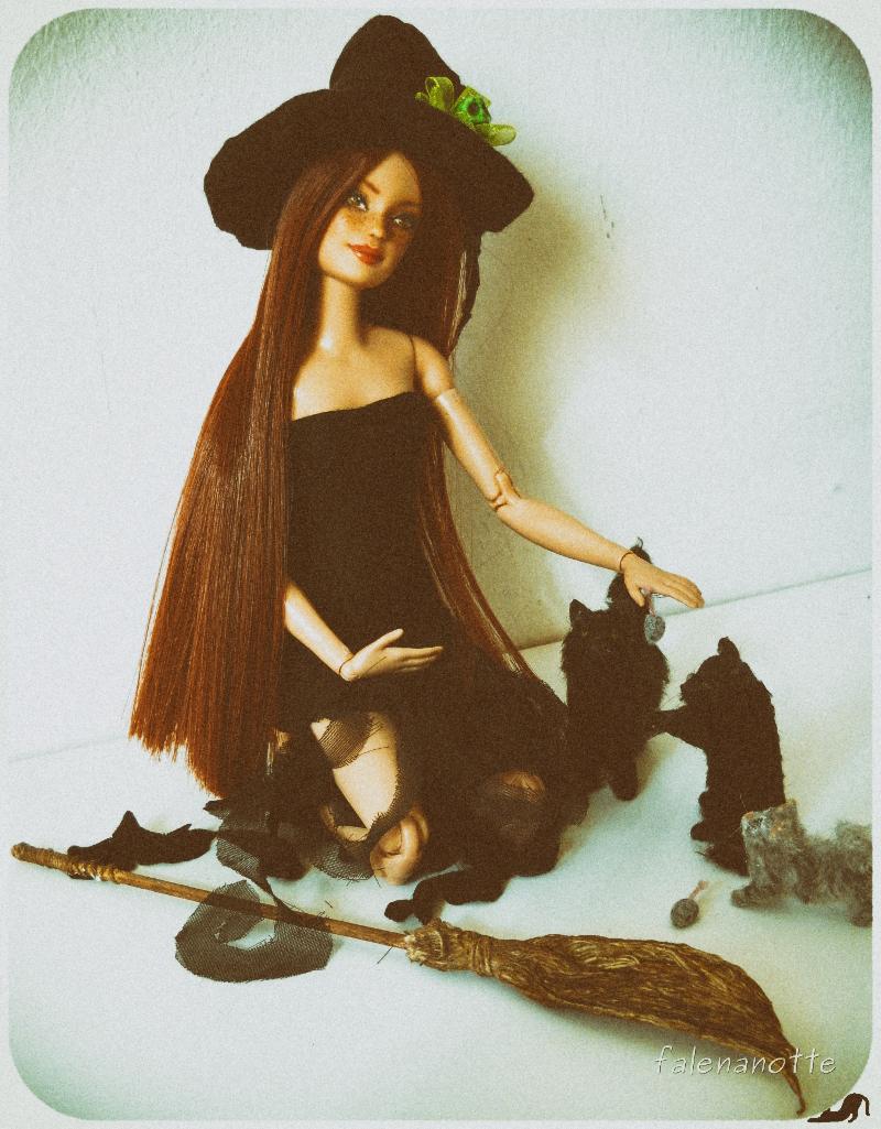 Una strega con i suoi gatti neri